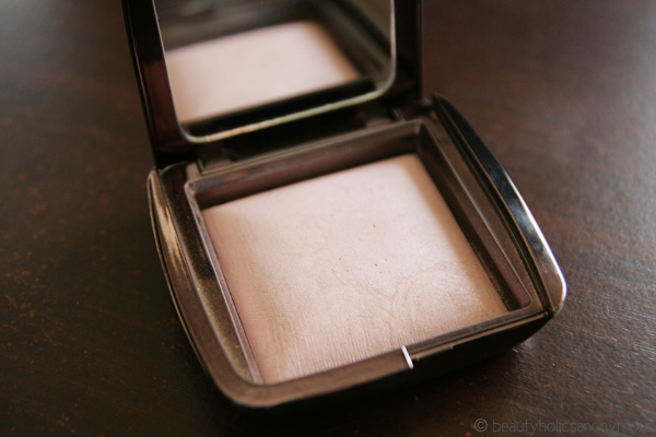 Hourglass Ambient Lighting Powder in Mood Light: A Highly Worthy Opponent For Guerlain's Meteorites